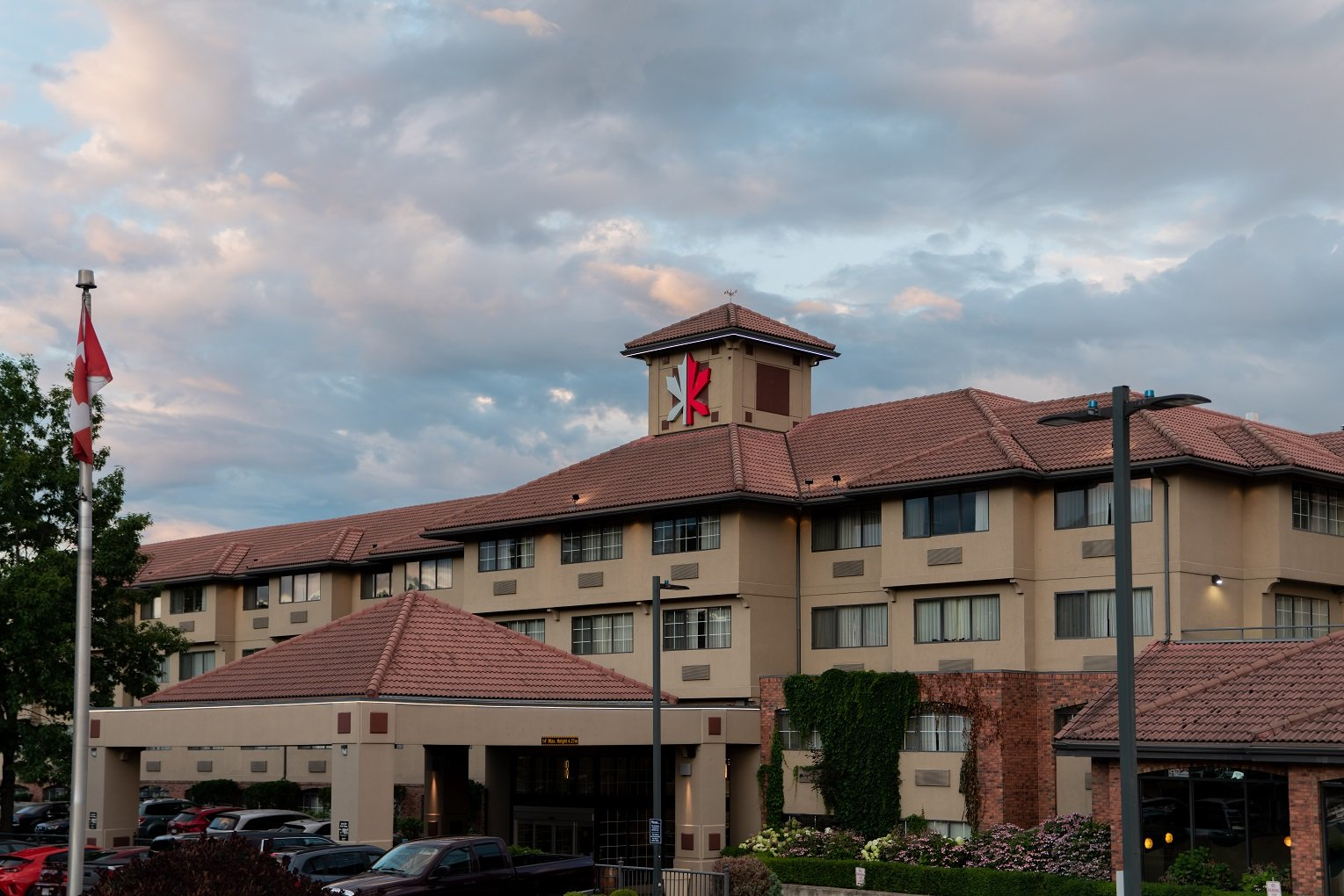 exterior of Kanata Inns Kelowna travelling Kelowna on a budget